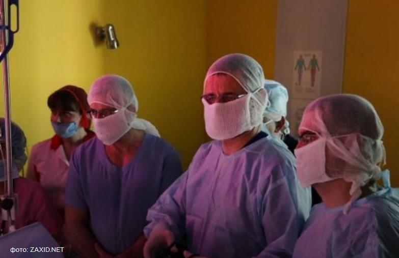 Профессор Дариуш Патковский оперирует совместно с львовскими детскими хирургами