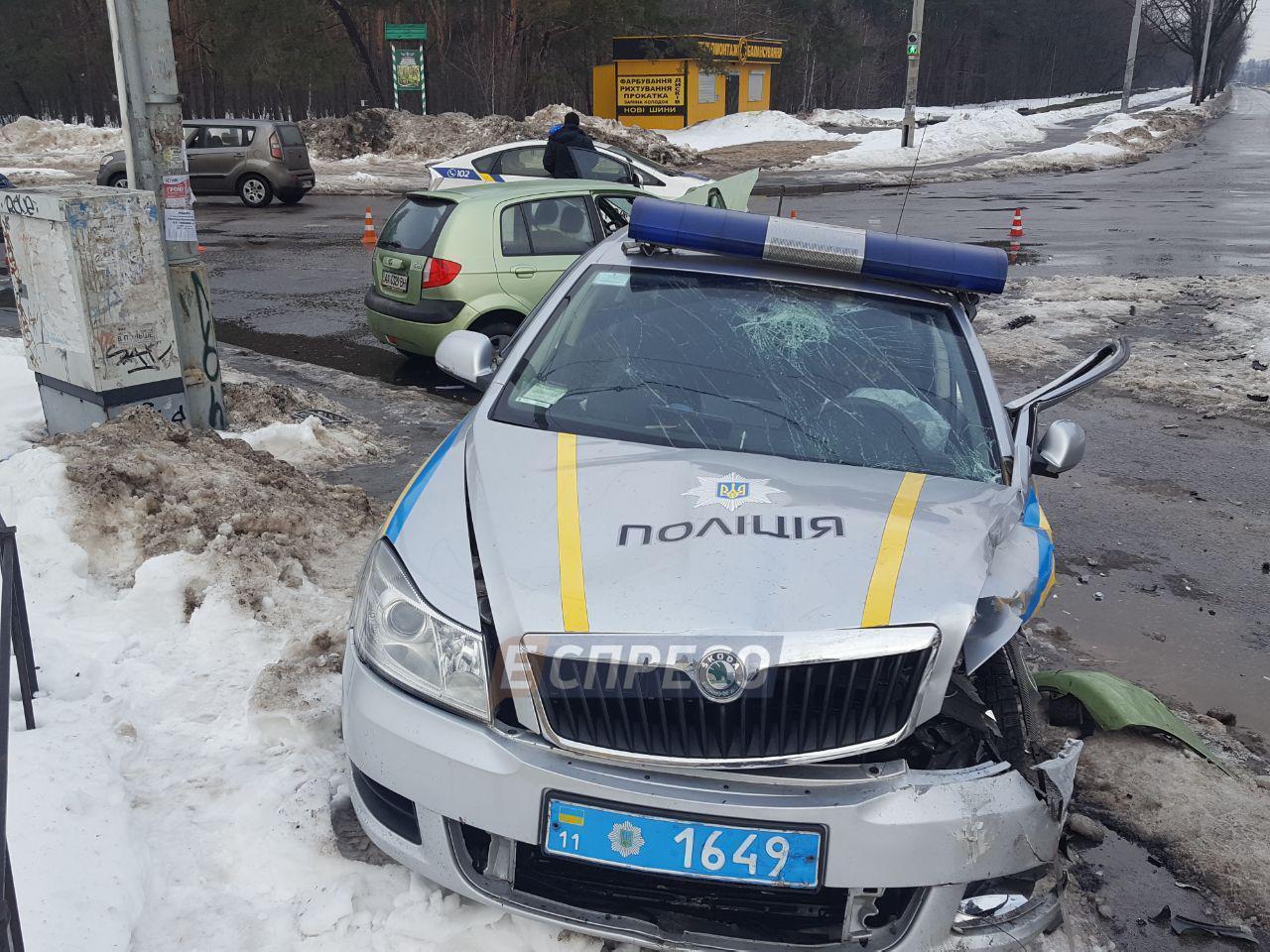 В Киеве пьяный водитель влетел в авто копов: детали