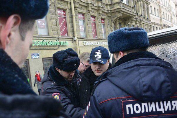 У Петербурзі з ножем напали на активіста з прапором України
