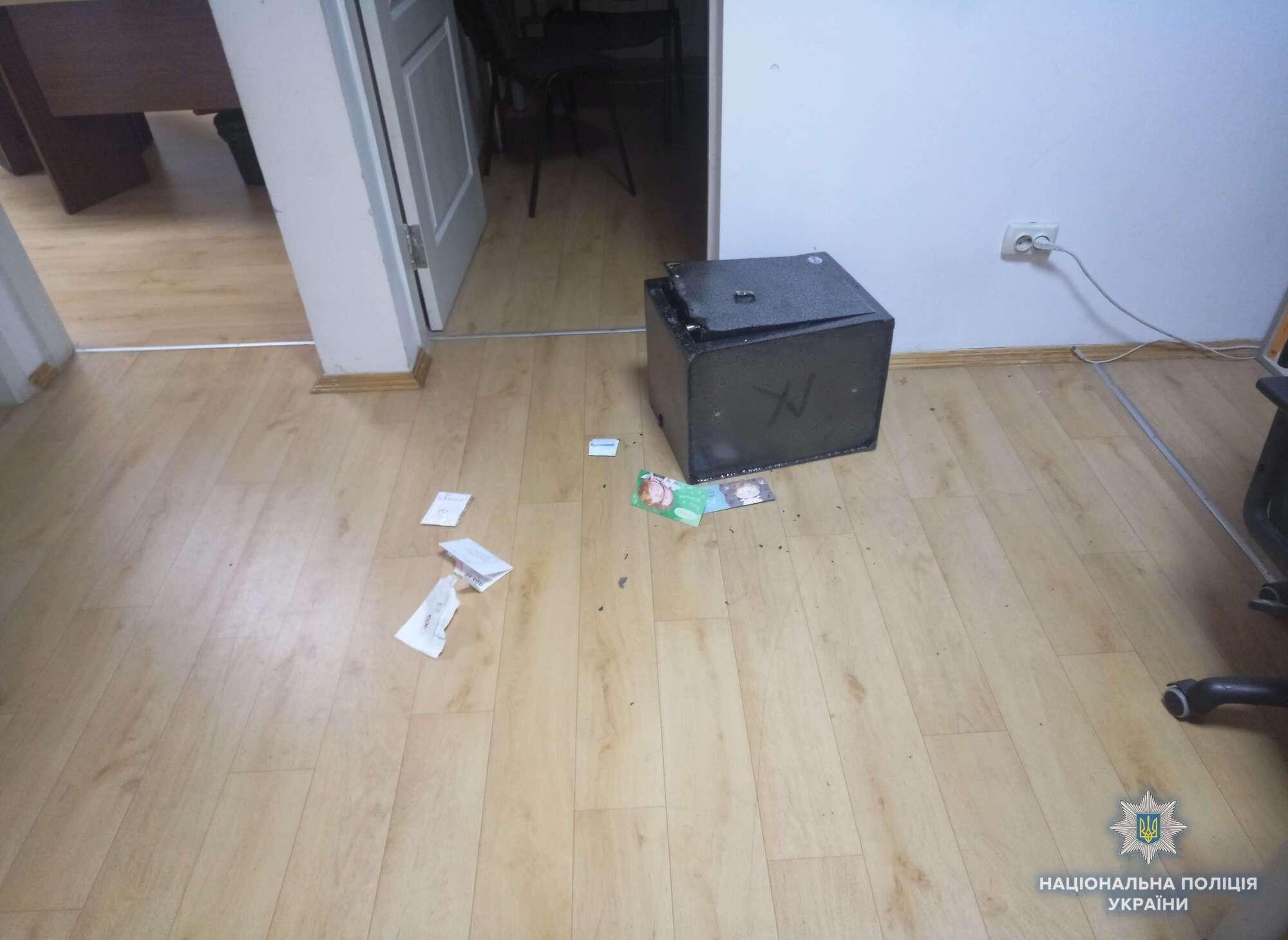 Зв'язали охоронця і зламали сейфи: в Києві пограбували офіс