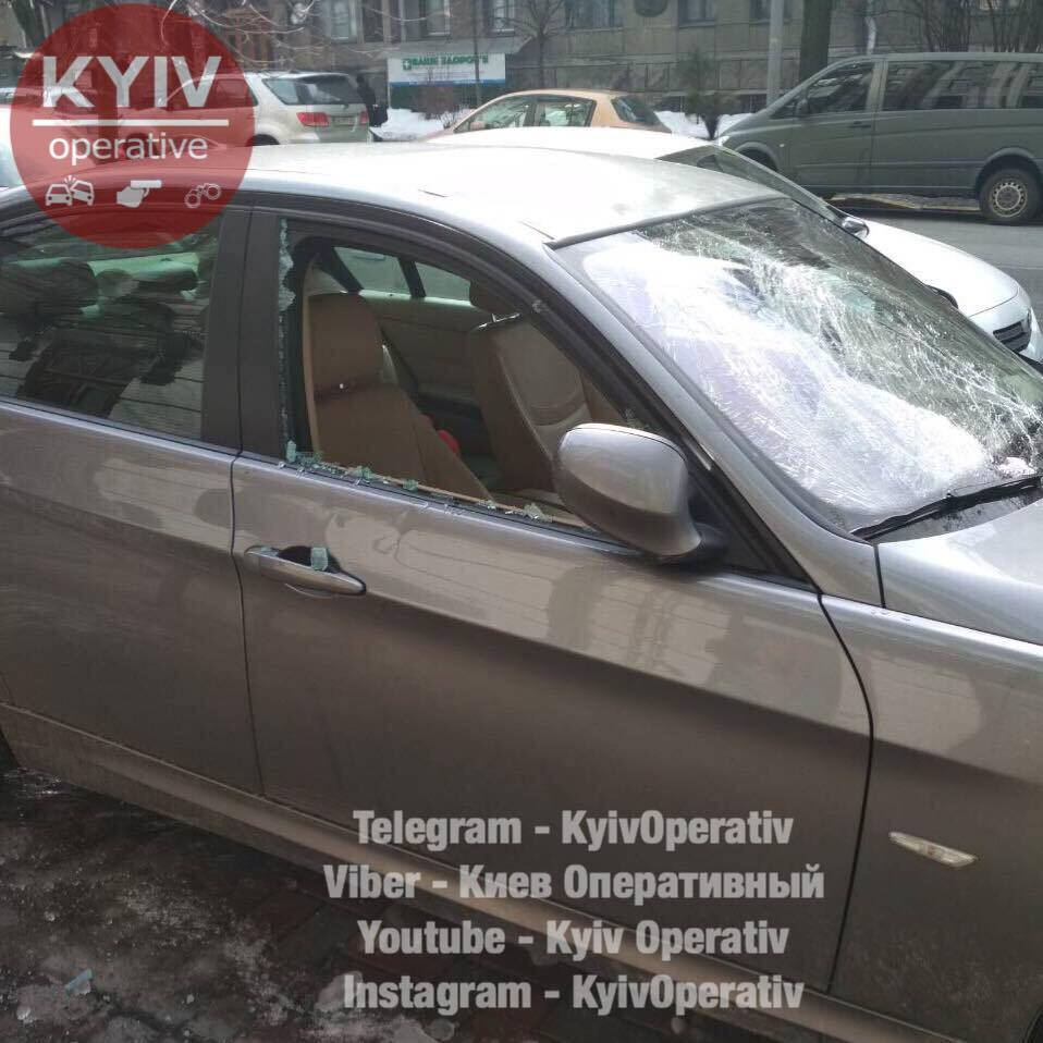 В центре Киева рухнувшая глыба льда растрощила авто