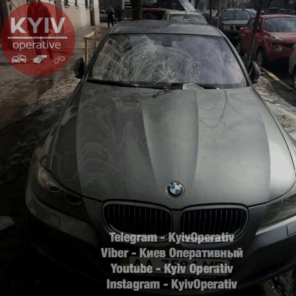 У центрі Києва брила льоду розтрощила авто