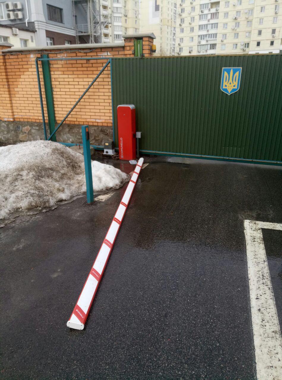 Скрывался от патрульных: в Киеве виновник ДТП снес ворота полиции