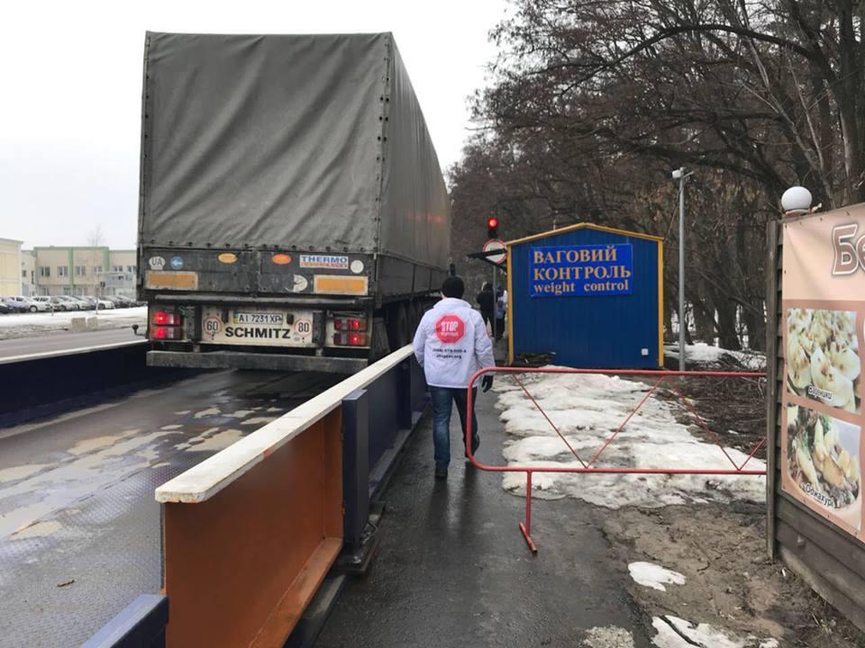 Под Киевом устроили облаву на перегруженные фуры