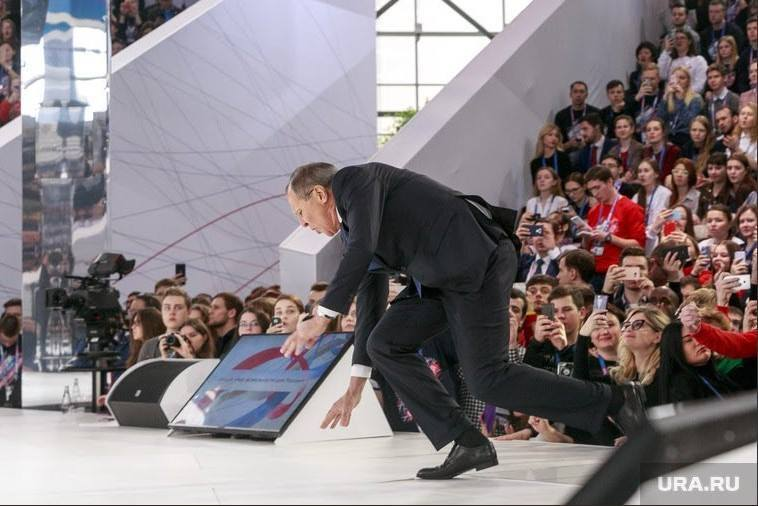 Стал на колени: Лавров упал на сцене перед тысячной аудиторией
