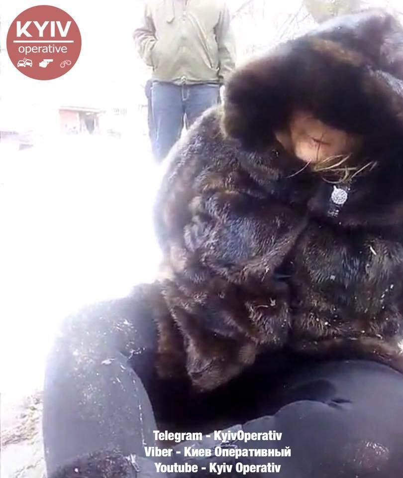 Напилась и уснула в снегу: киевлян разозлил вопиющий случай с ребенком