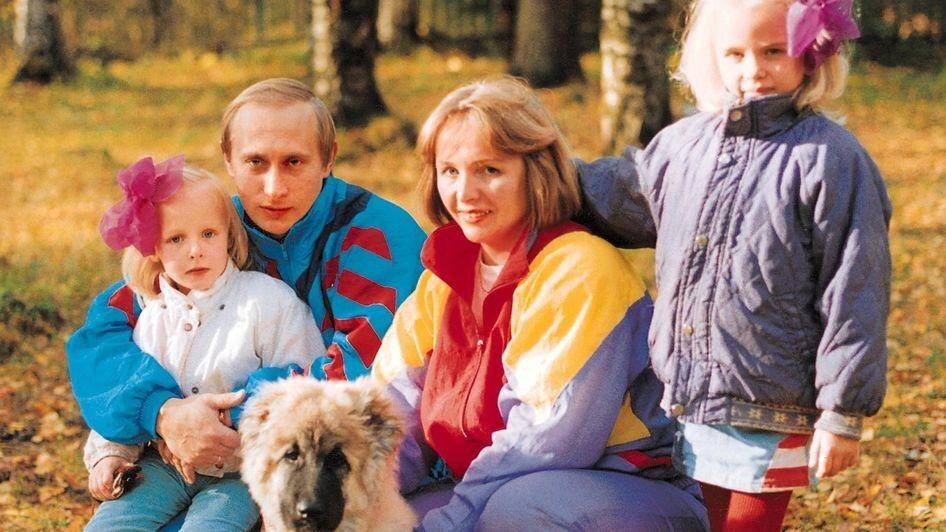 Владимир Путин с экс-супругой Людмилой и дочерьми - Екатериной и Марией