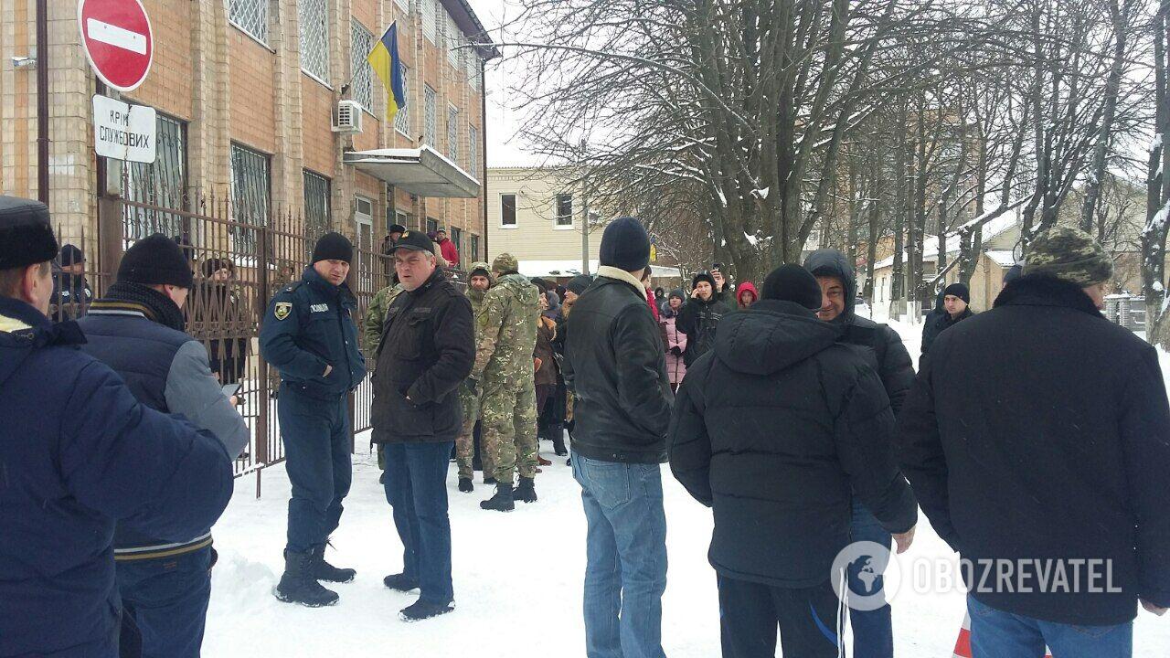 Под зданием суда собрались активисты и бойцы АТО