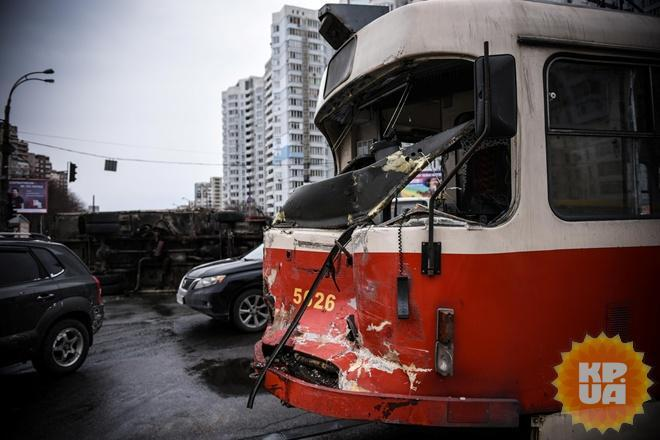 В Киеве грузовик снес трамвай: подробности ЧП