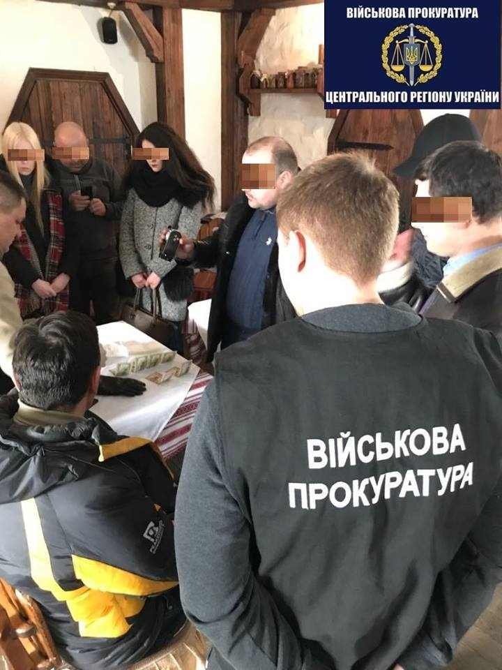 "В ""Борисполе"" инспектора таможни погорели на взятке"