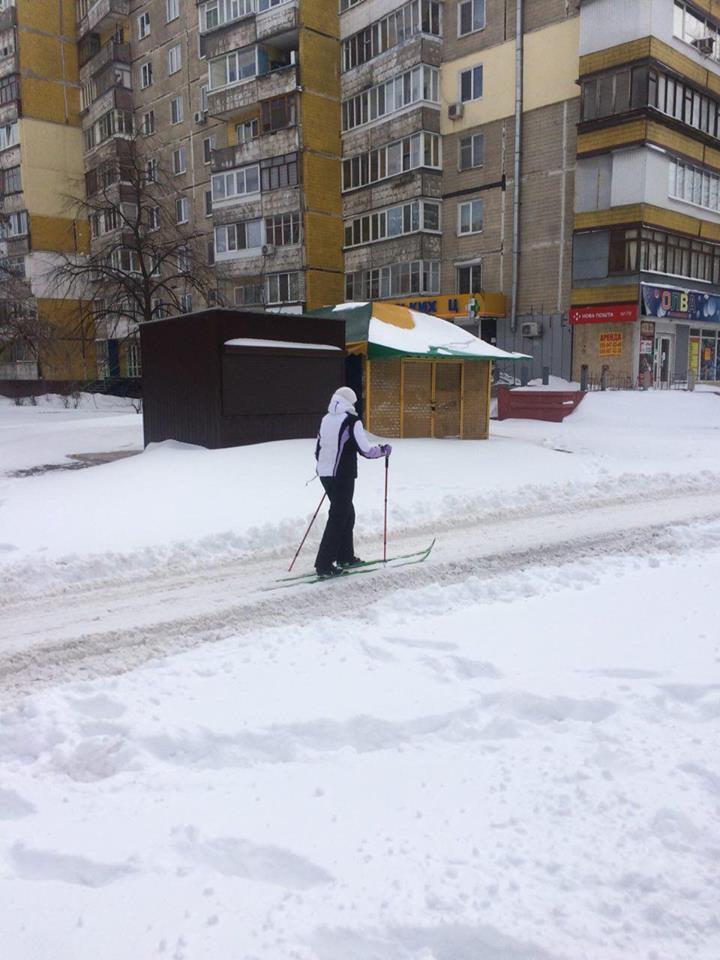 Пішки по заметах: у Дніпрі виник сніговий колапс