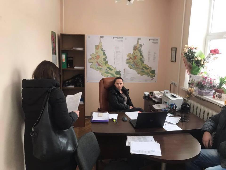 Під Києвом на великих хабарях затримали двох корупціонерів
