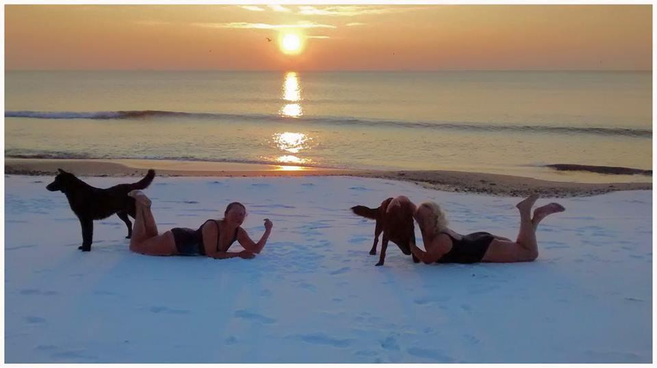 В Одессе две девушки загорали на снегу