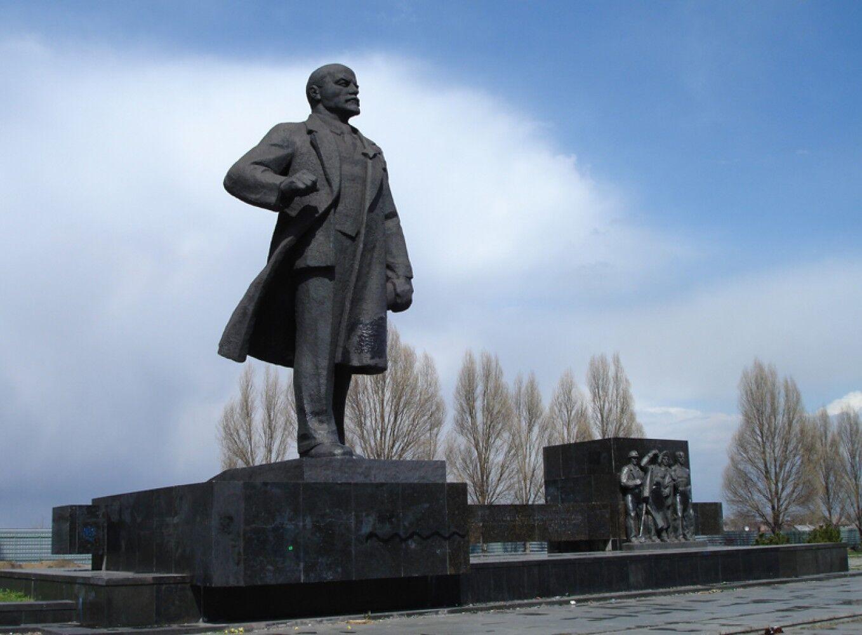 В Мариуполе выставили на продажу памятники Ленину