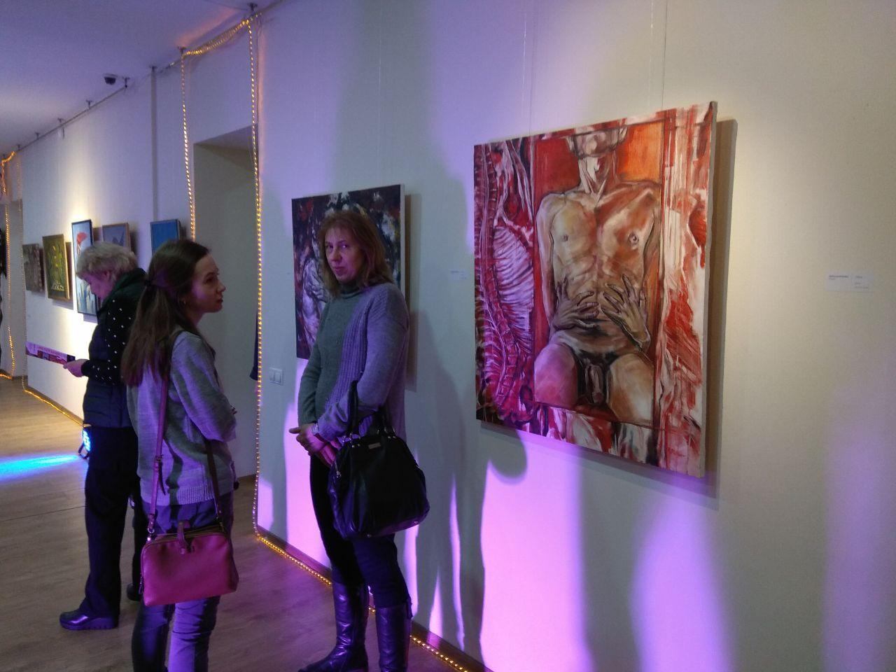 З батогами і сосисками: у Дніпрі відкрився фестиваль сюрреалізму