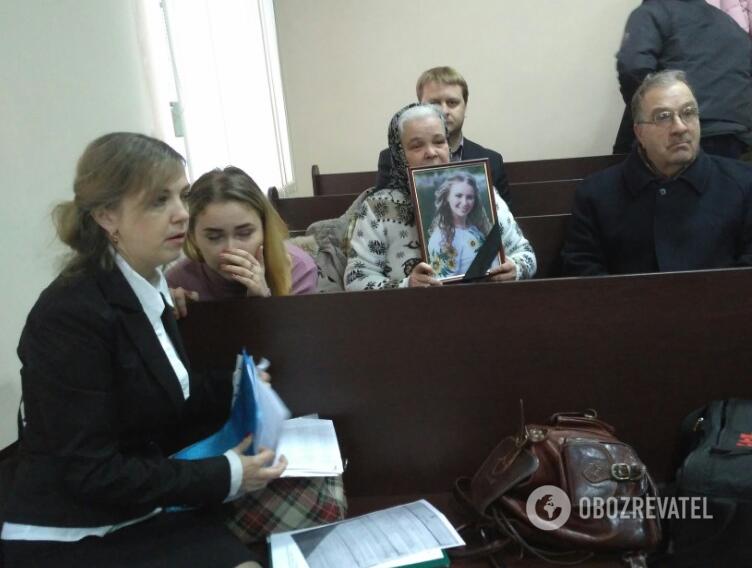 Судове засідання. Зліва направо: Ірина Ноздровская, її дочка Анастасія, мати Катерина і батько Сергій.