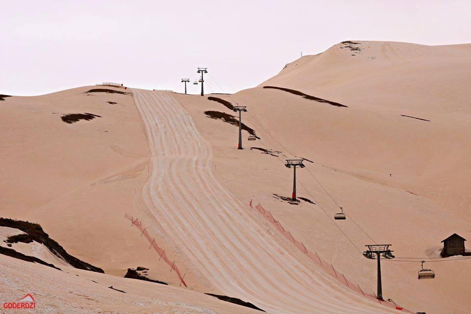 """""""Марсіанські пейзажі"""": в горах Грузії випав червоний сніг"""