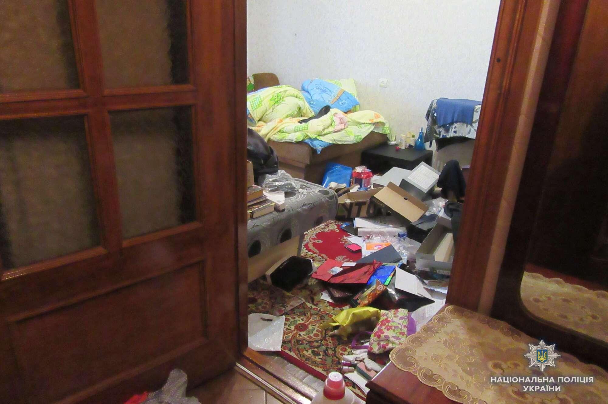 У Києві затримали серійного квартирного злодія: фото злому