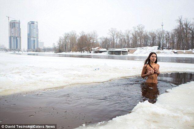 Киевлянка купается голышом в ледяном Днепре