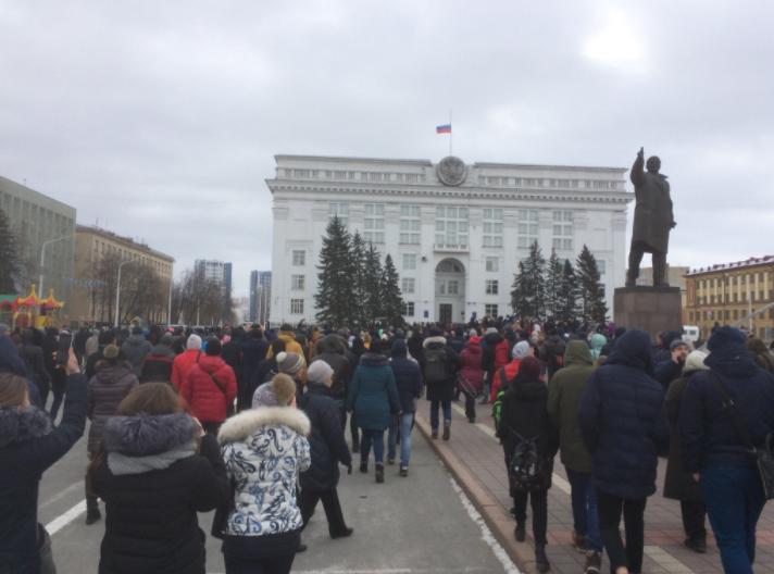 """""""Правду!"""" Тысячи жителей Кемерово вышли на протест"""