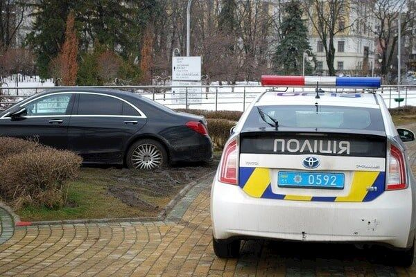 Mercedes припаркувався на газоні і застряг в багнюці