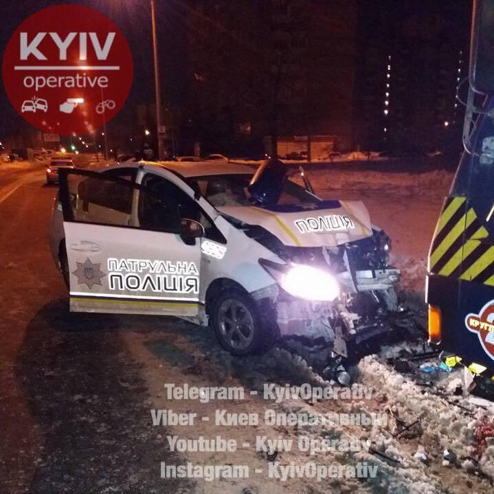 Не тормозили: в Киеве авто полиции протаранило эвакуатор