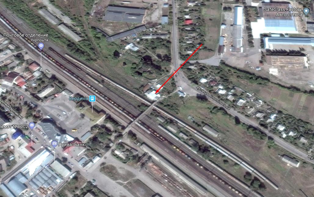 Здание расположено у железной дороги