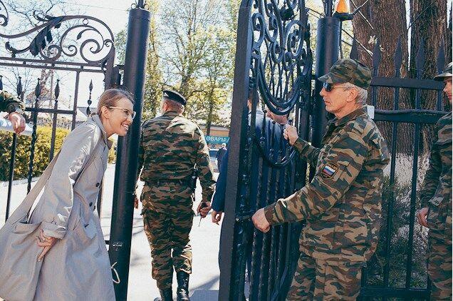 """Провідала Поклонську"": Собчак вже їздила в Крим незаконно"
