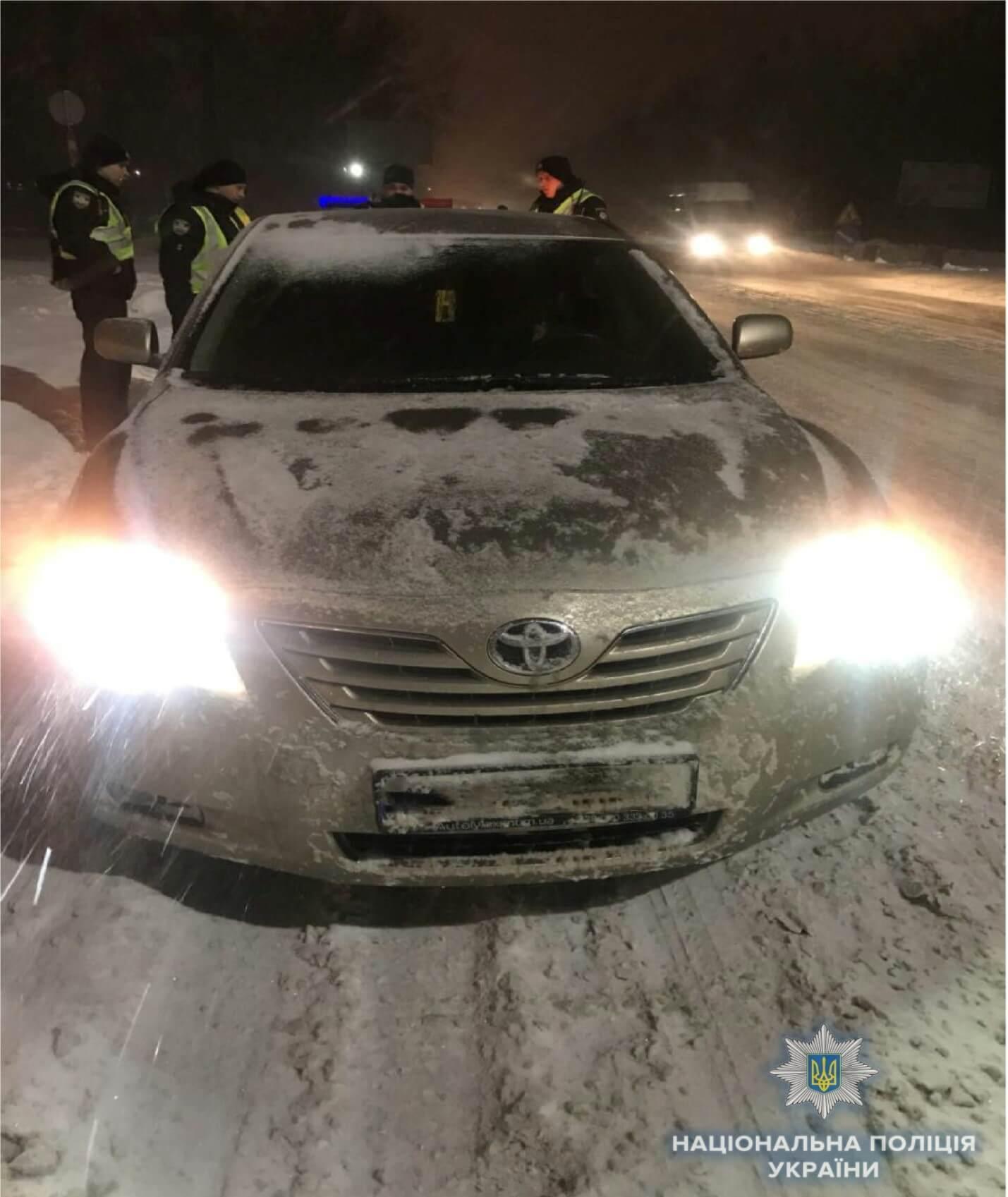Штрикнули ножем і викрали авто: в Києві напали на таксиста