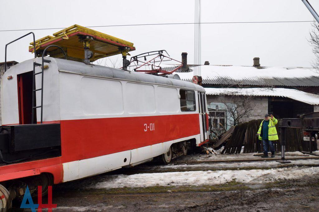 У Донецьку трамвай протаранив житловий будинок: опубліковані фото