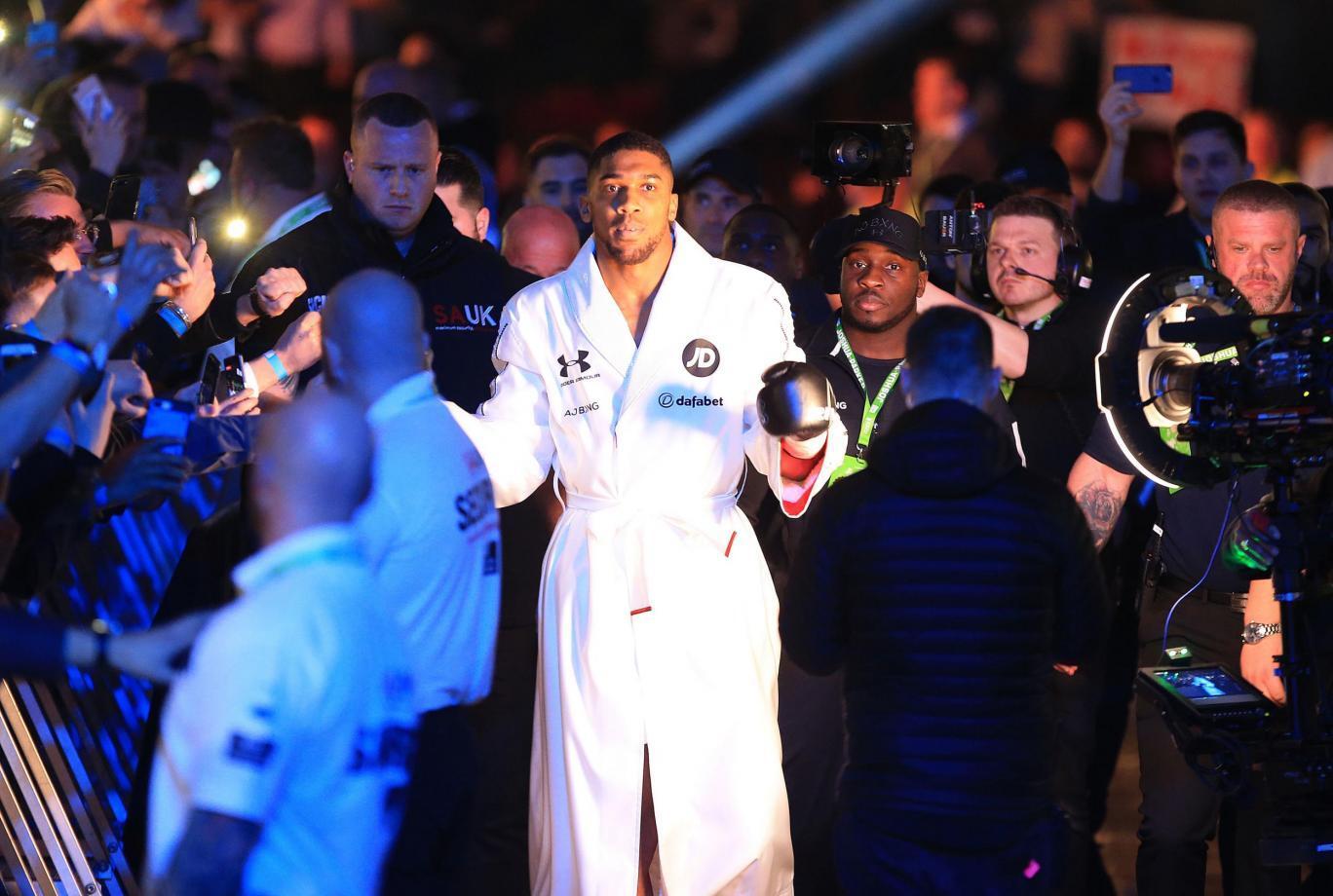 Обидчик Кличко в тяжелом бою завоевал четыре чемпионских пояса