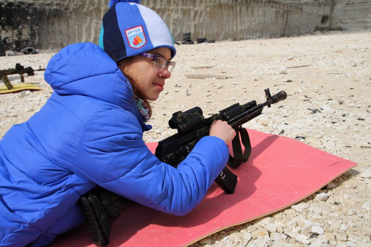 Учат убивать с детства? Жуткие фото из лагеря в Крыму