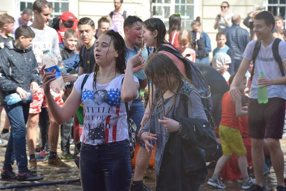 Во Львове устроили массовые обливания: яркие фото