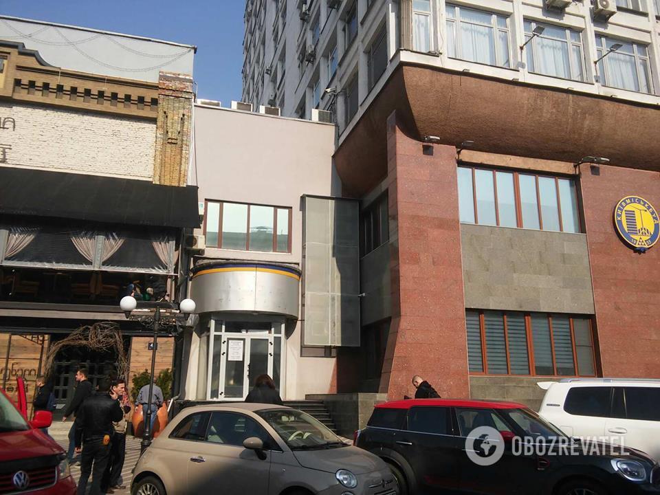 """Прибудови до будівлі """"Київміськбуду"""" після обстрілу з гранатомета станом на 10:00"""