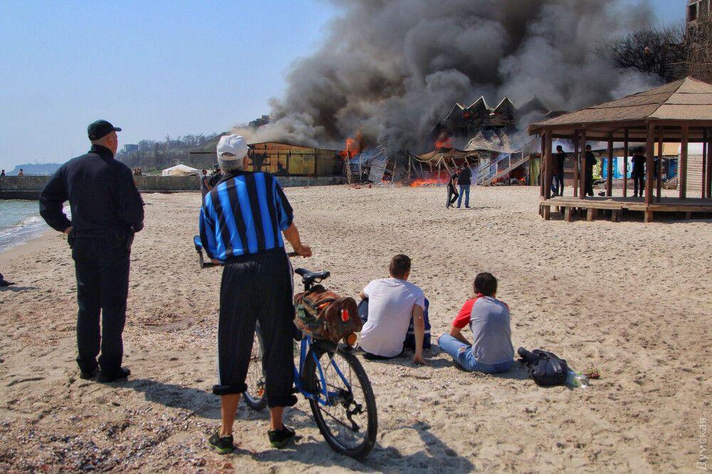 В Одессе у моря вспыхнул ресторан: жуткие фото