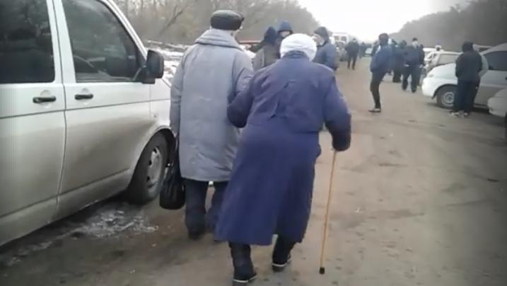 Даже пенсионеры вынуждены либо садиться в навязанные им автобусы, либо идти 2 км пешком