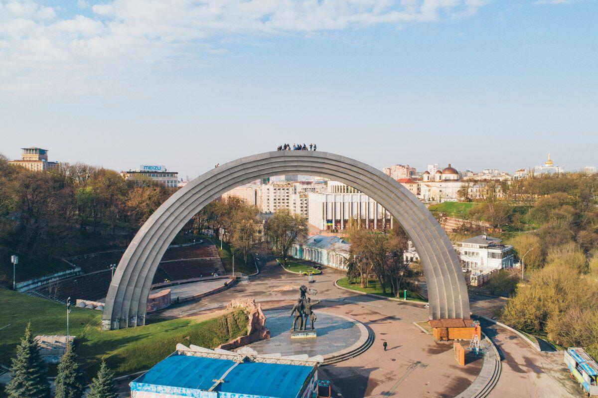 20 экстремалов забрались на Арку Дружбы народов: яркие фото и видео