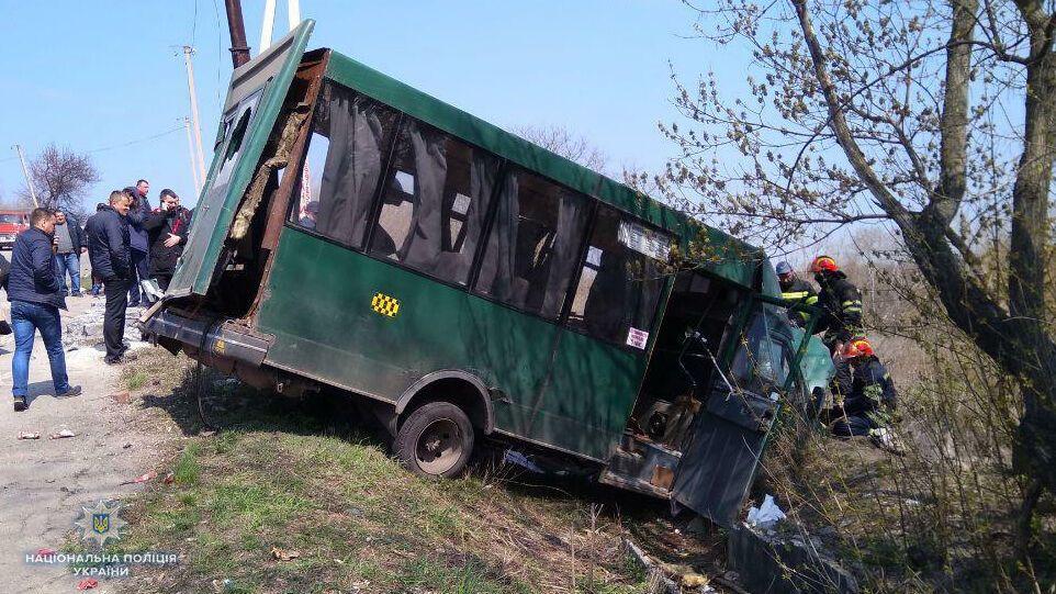 ВЛисичанске десять человек пострадали в итоге столкновения маршрутки сМАЗом