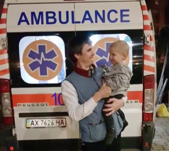 Алексей Коротеев и спасенный малыш