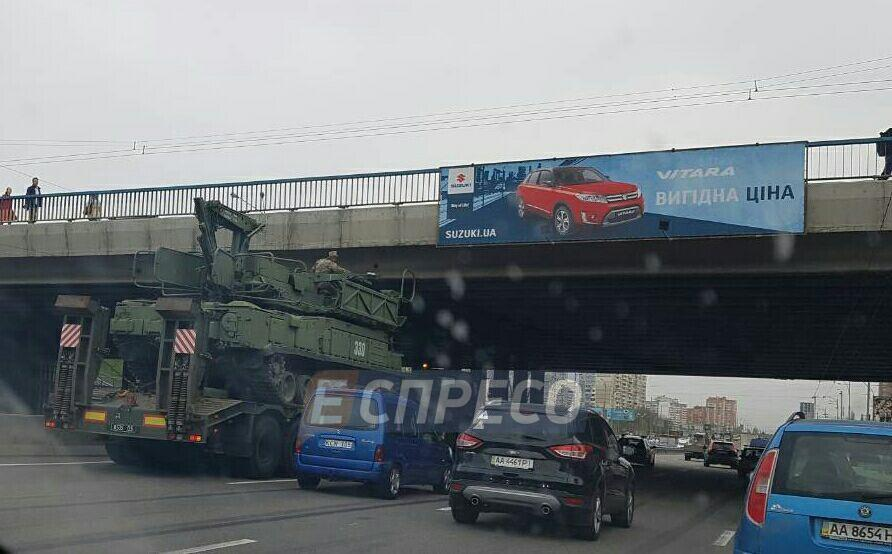 В Киеве военный грузовик застрял под мостом: образовалась пробка