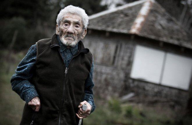 Умер самый старый мужчина в мире: фото долгожителя