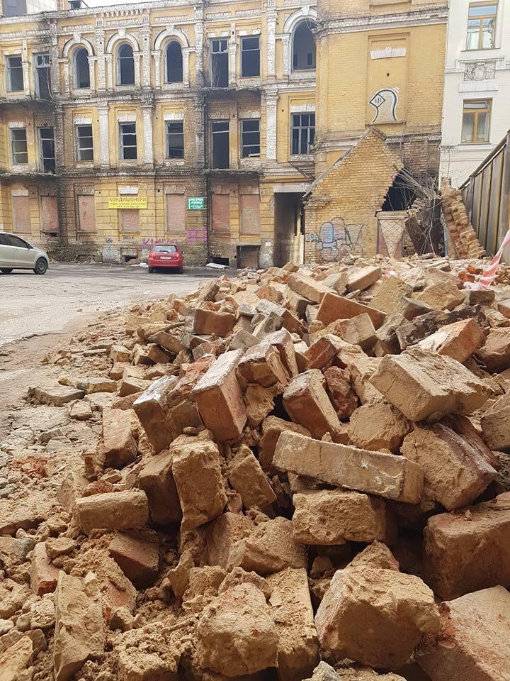 У Києві біля будинку Сікорського зруйнувалася стіна