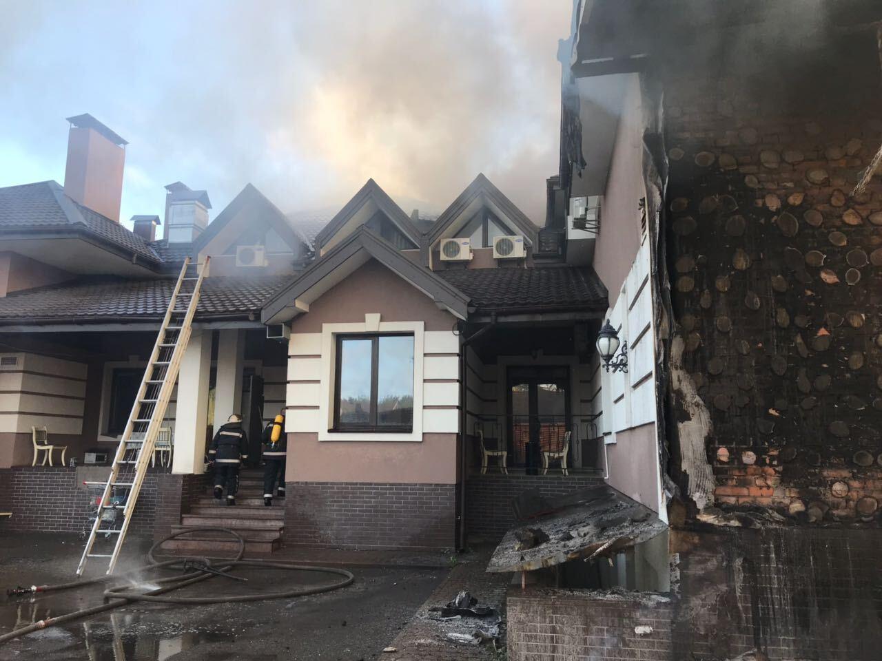 Під Києвом спалахнув ресторанний комплекс
