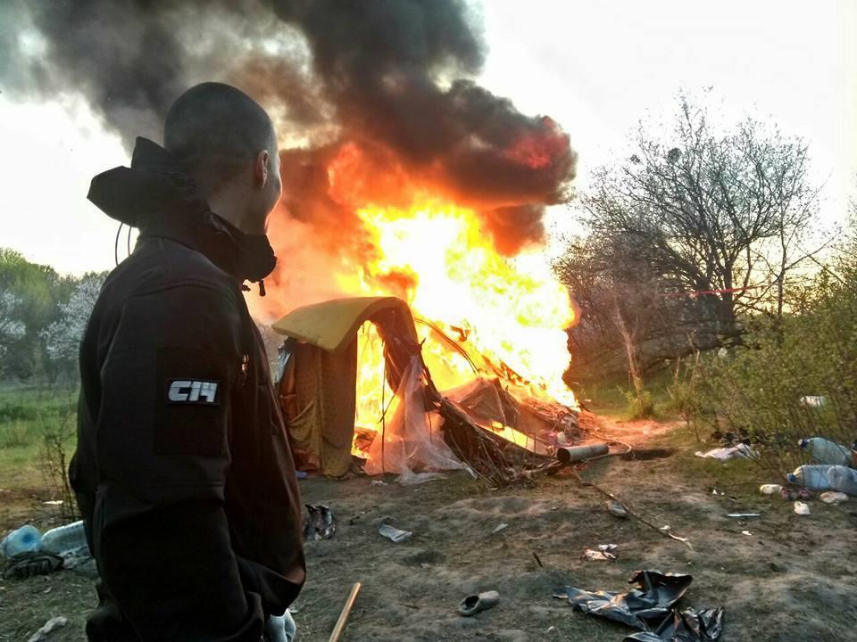 В Киеве сожгли табор ромов на Лысой горе