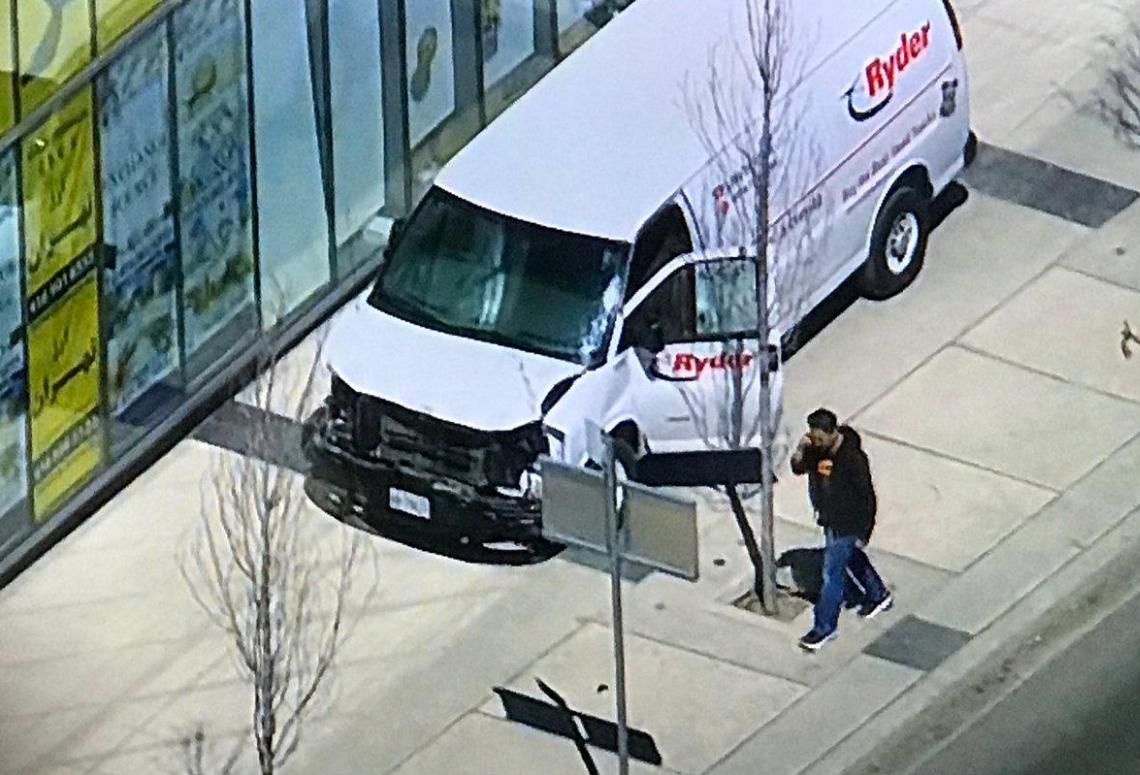 В Торонто фургон протаранил толпу: 10 погибших, 15 пострадавших