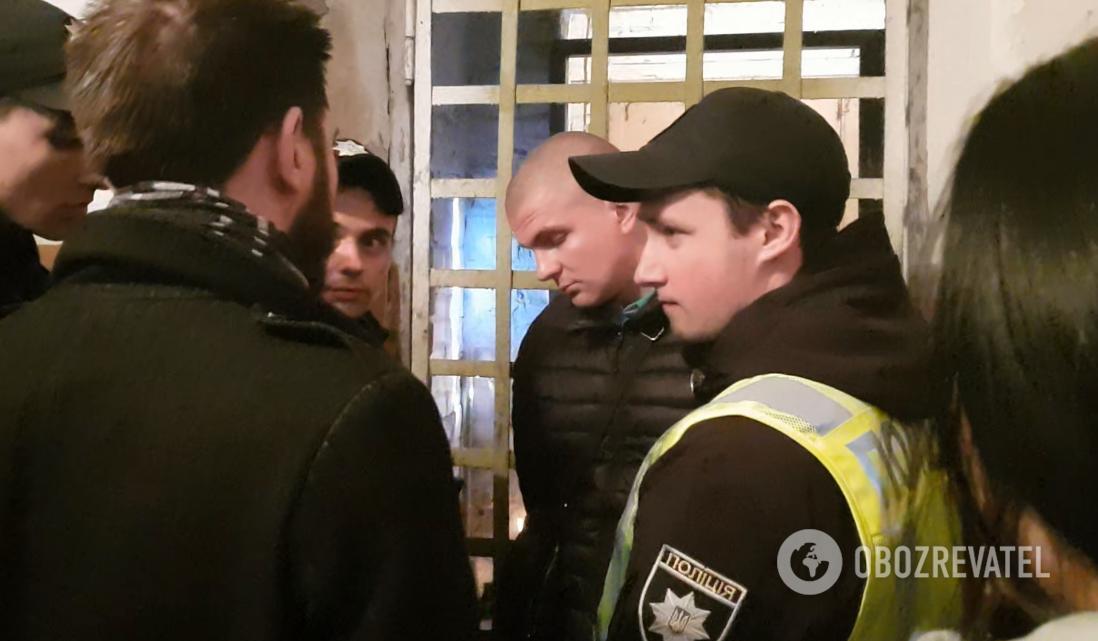 Представник власника хостела і поліція