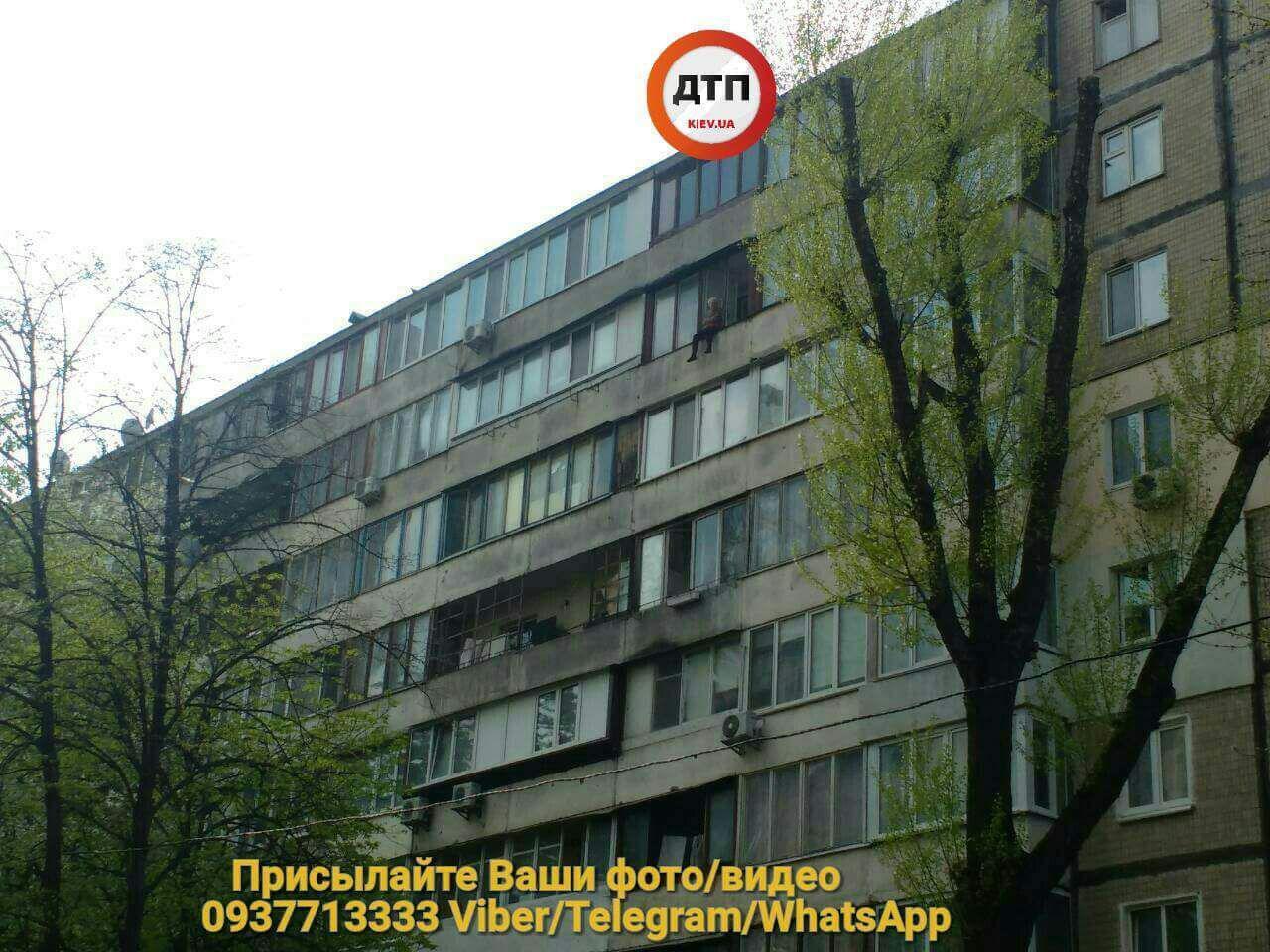 У Києві пенсіонерка погрожувала стрибнути з вікна: деталі