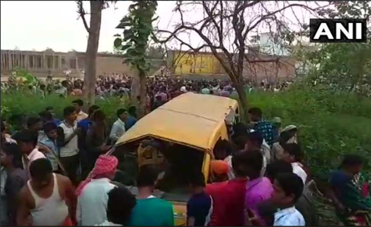 ВИндии при столкновении автобуса споездом погибли 13 детей