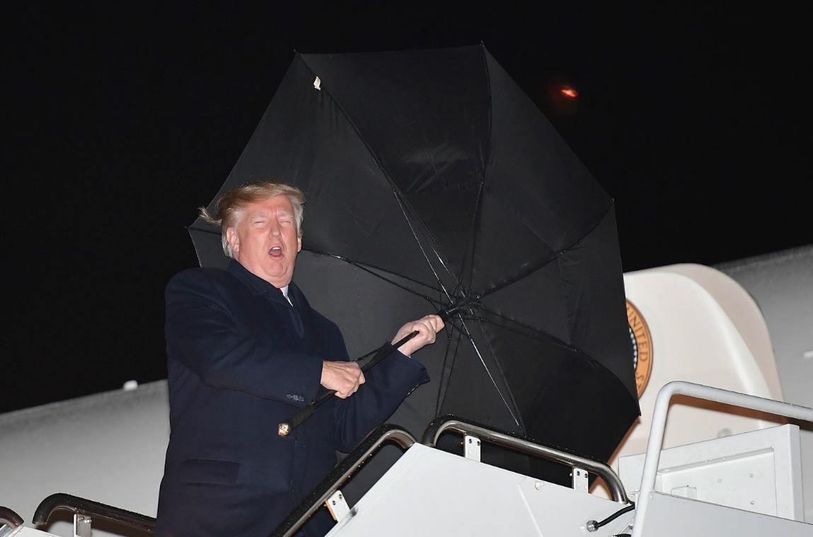 Дональд Трамп с вывернутым зонтом