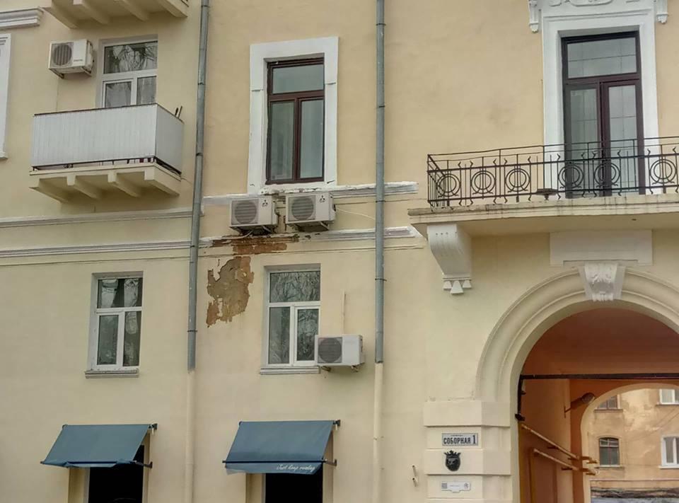 В Одессе фасад исторического дома начал осыпаться после реставрации